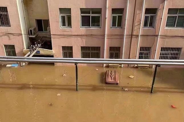 由於洩洪,新鄉市鳳泉區化纖小區浸泡在水中。(受訪者提供)