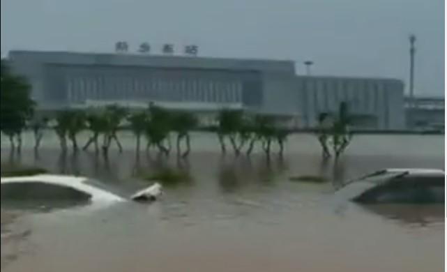 河南近日暴雨及水庫洩洪,多地老人孩子被困,缺水缺食物,等待救援。(影片截圖)