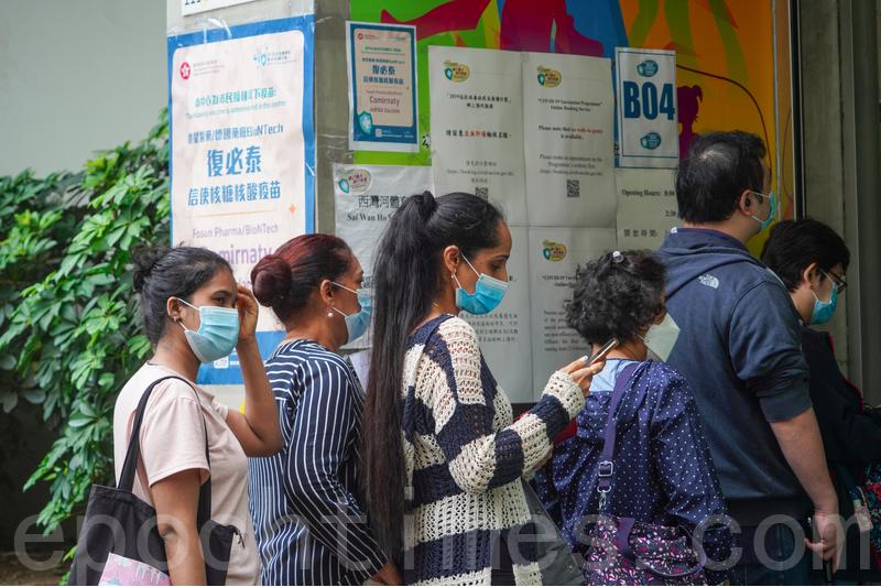 圖為市民在社區疫苗接種中心外排隊等候接種。(余鋼/大紀元)