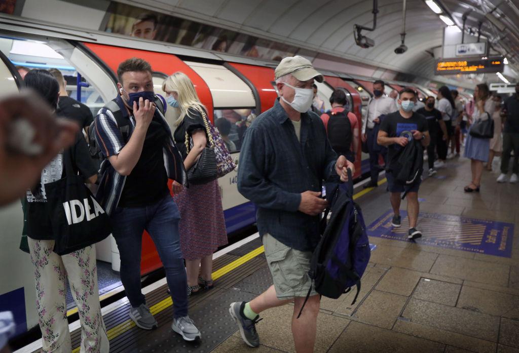 IHS Markit昨(7月23日)公佈7月份英國綜合產出指數初值為57.7,遜於預期,但商業活動仍處擴張區。英格蘭自7月19日起解除大部分疫限措施,望有助經濟活動復甦。(Martin Pope/Getty Images)