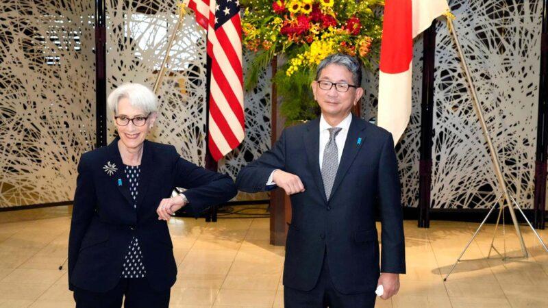 2021年7月20日,正在東京訪問的美國副國務卿謝爾曼(Wendy Sherman)(左)會見日本外務省副大臣森健良(Mori Takeo)。(EUGENE HOSHIKO/POOL/AFP )