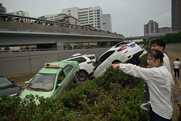 2021年7月22日,中國河南省鄭州市,暴雨引發大洪水,洪水稍退去之後,許多車輛堆疊在一塊。(NOEL CELIS/AFP )