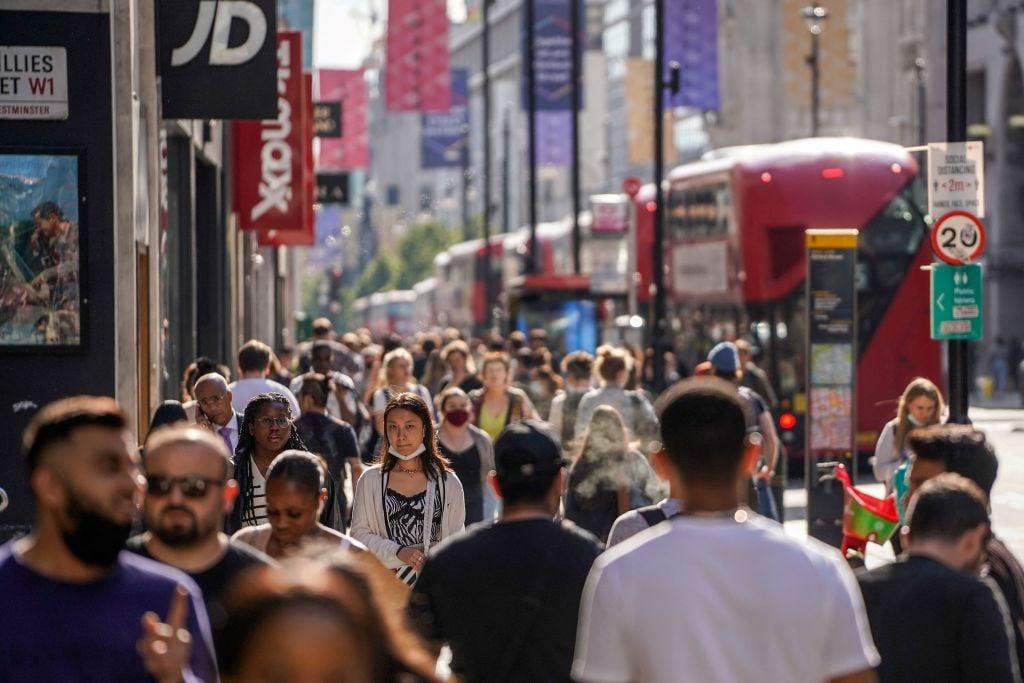 英國周五(7月23日)公佈6月份零售銷售按月上升0.5%,而較早前發佈的消費者物價指數上漲2.5%。(NIKLAS HALLE'N/AFP via Getty Images)