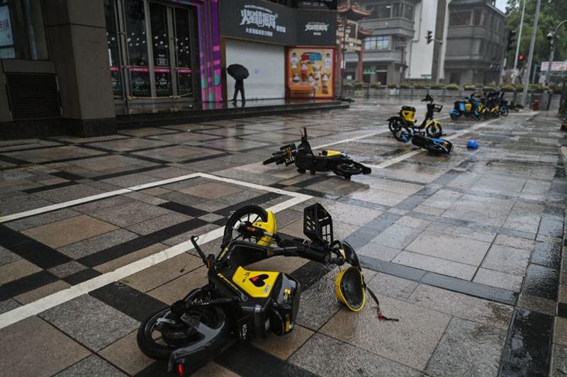 7月25日,在颱風「煙花」登陸浙江省之前,寧波市可以看到被強風吹走的摩托車。(HECTOR RETAMAL/AFP via Getty Images)