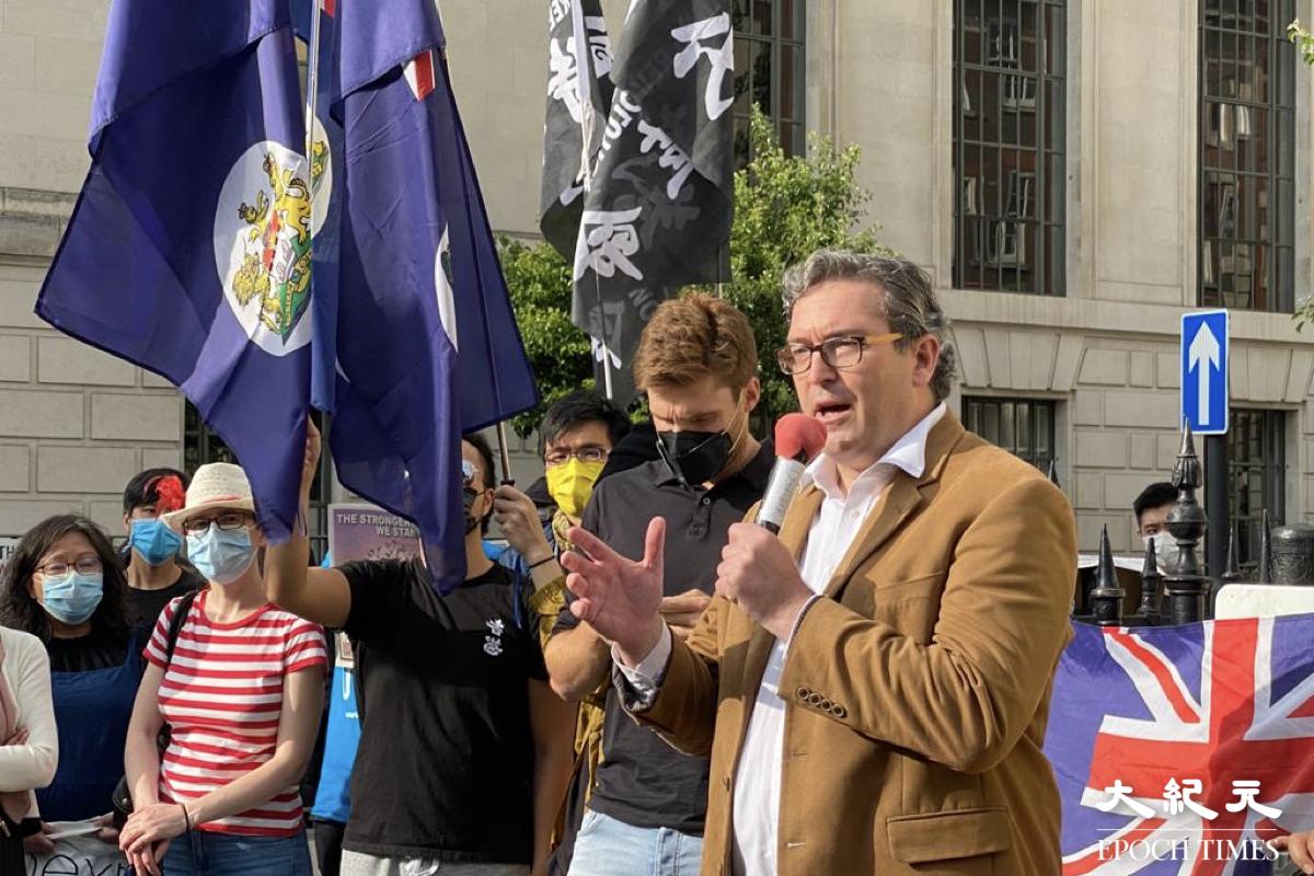 「香港監察」創辦人之一羅傑斯認為,歐盟通過最新中歐戰略報告草案是一個正確的決定。圖為羅傑斯出席倫敦7.1集會時上台發言。(宵龍/大紀元)