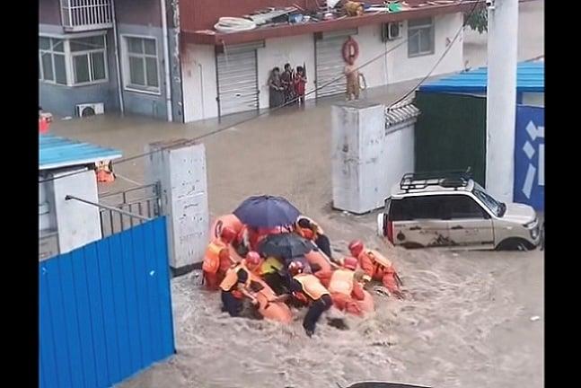 視頻集錦:鄭州大水災那些救人的英雄