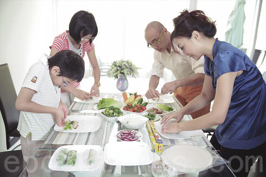 一家人常常一起煮飯。(受訪者提供)