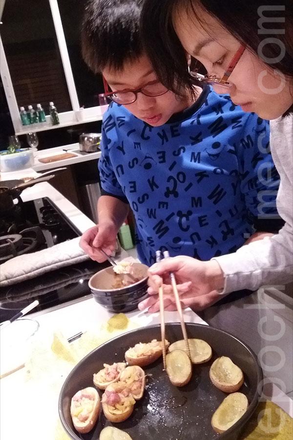 Christy(右)和弟弟Chris都很喜歡進廚房。(受訪者提供)