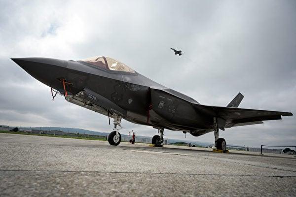 2019 年 6 月 7 日一架洛克希德馬丁 F-35戰鬥機停在佩耶恩空軍基地的停機坪上。(Fabrice COFFRINI  AFP)