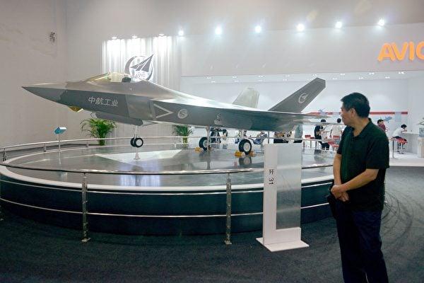 儘管中共FC-31跟F-35有明顯的外部相似性,軍事專家奧斯本認為,沒有任何決定性的跡象或證據表明FC-31能夠與 F-35 匹敵。圖為2015 年 9 月 17 日,北京國際航空博覽會上的J-31戰鬥機模型。(WANG ZHAO  AFP)