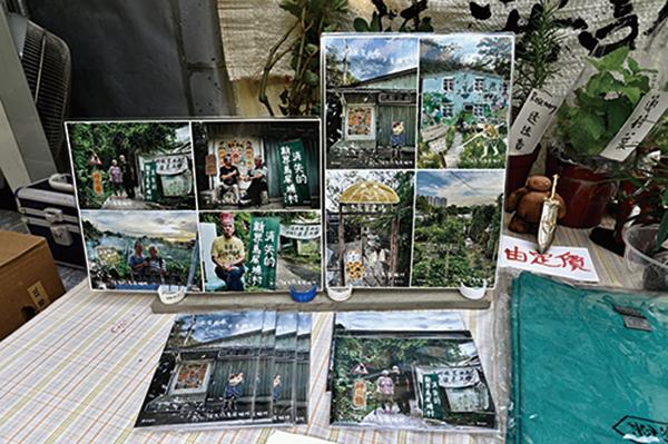 市民可購買的馬屎埔紀念品,包括一套八張的明信片,展示著村民、同路熱心人拍攝記錄的馬屎埔村的面貌及歷史。(宋碧龍/大紀元)