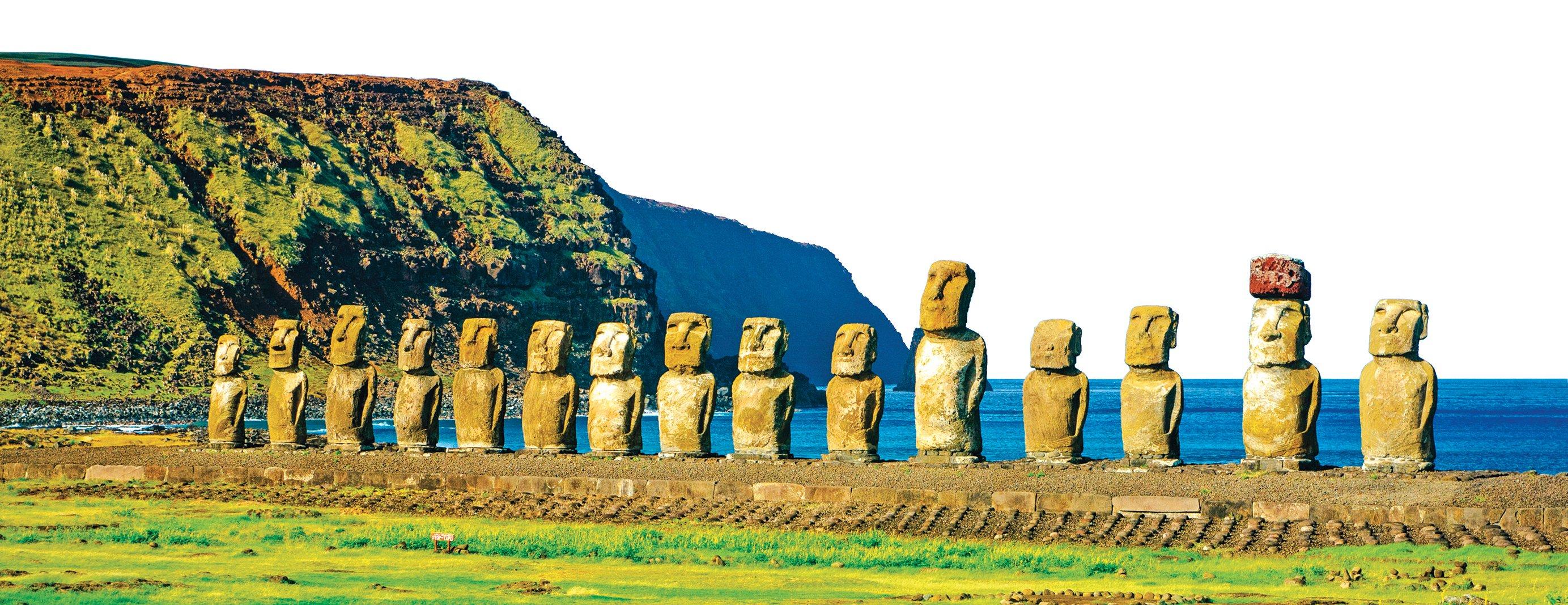 一整排背海的完整摩埃像,面向村子,彷彿在守護著居民。(Kristopher Kettner/Shutterstock)