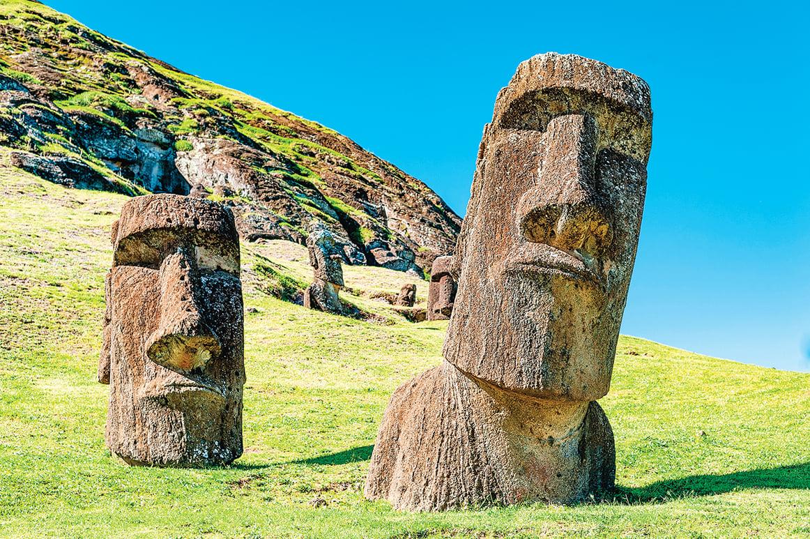 多數的摩埃石像只有頭,也有不少石像有肩膀、手臂,還有軀幹和下半身。(Carlos Aranguiz/Shutterstock)
