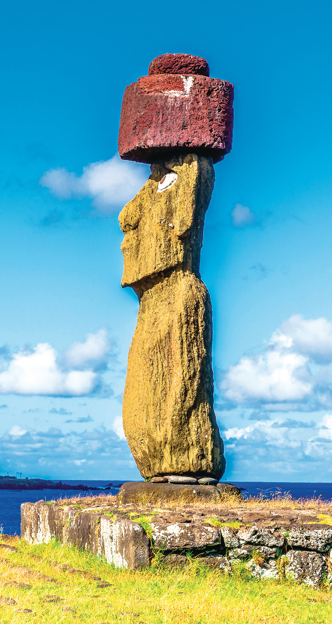 摩埃石像頭上的紅色圓柱形「帽子」(Pukau),重達12噸,是用火山渣做成,代表波利尼西亞族人所戴的紅羽毛頭飾。(takepicsforfun/Shutterstock)