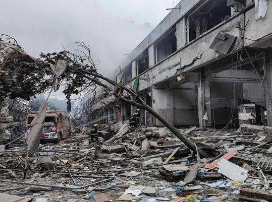 6月13日早上,湖北十堰張灣區艷湖小區41廠菜市場發生天然氣爆炸,至少150死傷。圖為救援人員在搜救傷者。(Getty Images)