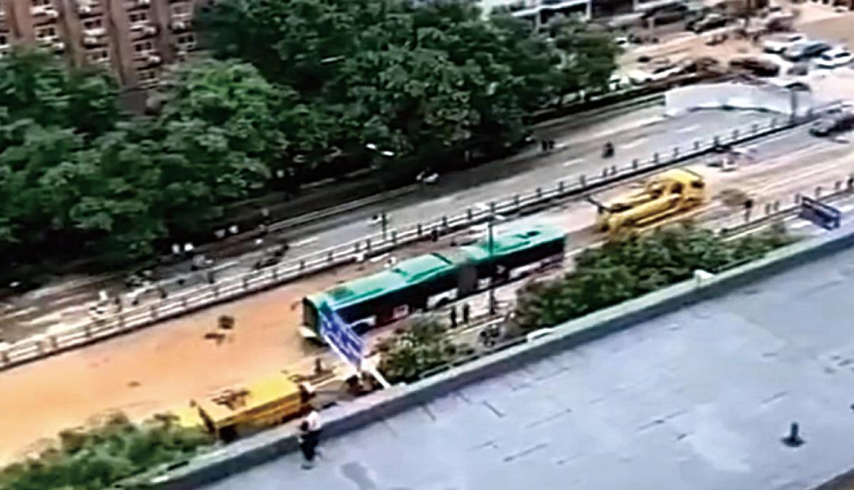 網傳鄭州一輛雙節巴士被從隧道內拖出。(推特影片截圖)