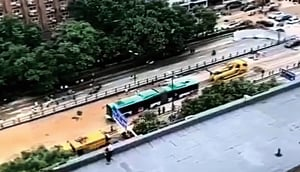 傳鄭州隧道拖出雙節巴士 遇難人數被質疑