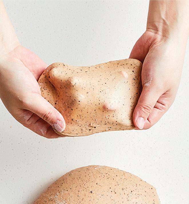 取一小塊麵團出來,若可拉出透光、光滑薄膜,表示麵筋已順利成形。