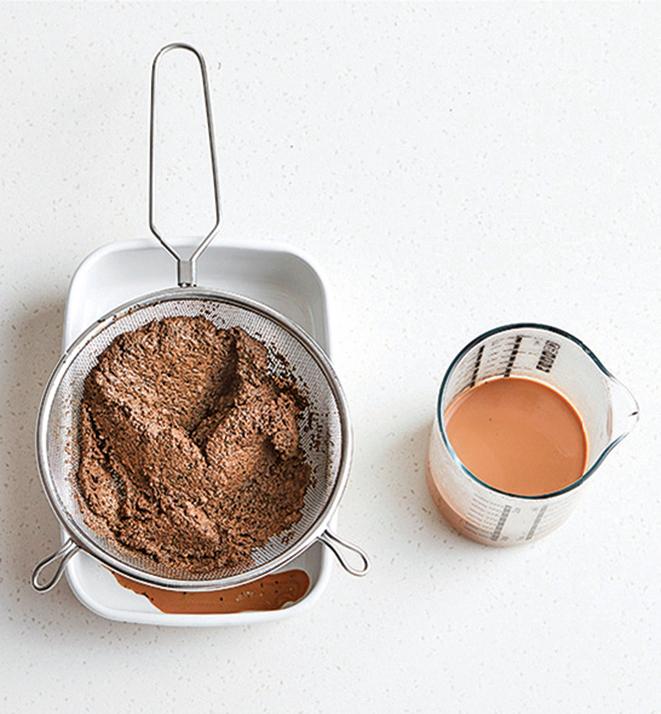 過濾出120g的紅茶液,並保留一半煮過的碎茶葉備用。