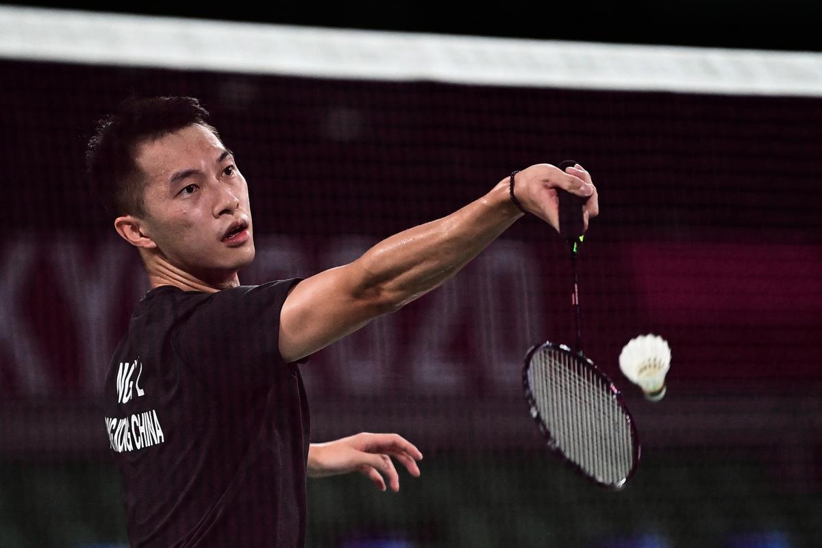 香港羽毛球代表伍家朗23日穿不帶區旗標誌的黑色球衣,被建制派圍攻。(PEDRO PARDO/AFP via Getty Images)