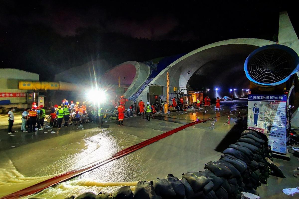 7月15日,救援人員正在清理被淹的珠海石景山隧道。(STR/AFP via Getty Images)