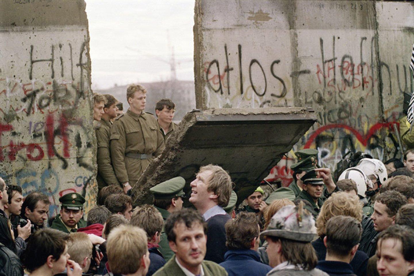 1989年11月9日,東德被迫放棄了邊界管制,數以萬計的東德人翻越柏林牆到達西柏林。1991年,蘇聯解體,冷戰結束。(AFP)