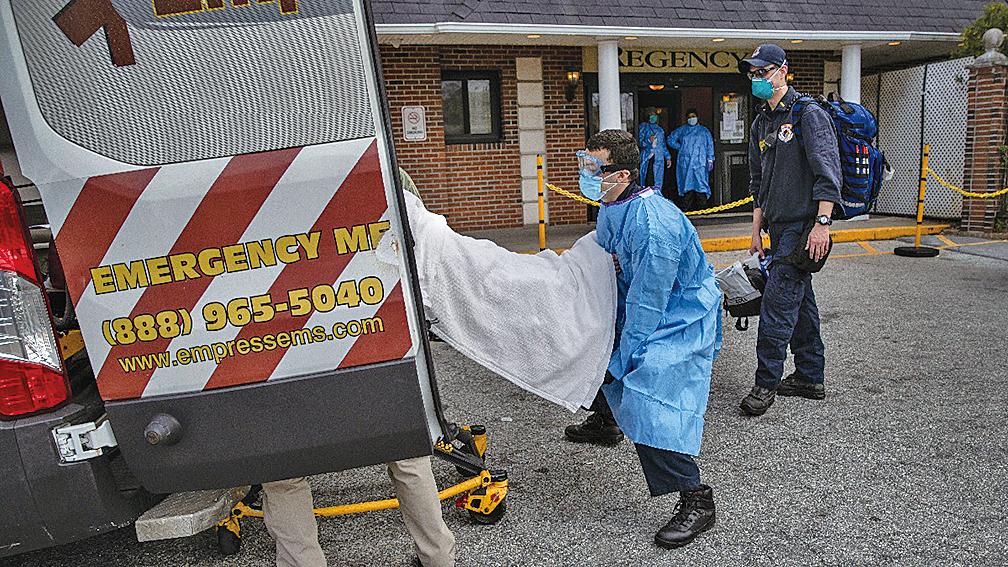2020年4月7日,急救人員正在將紐約州一家養老院中的中共病毒患者送上救護車。(Getty Images)