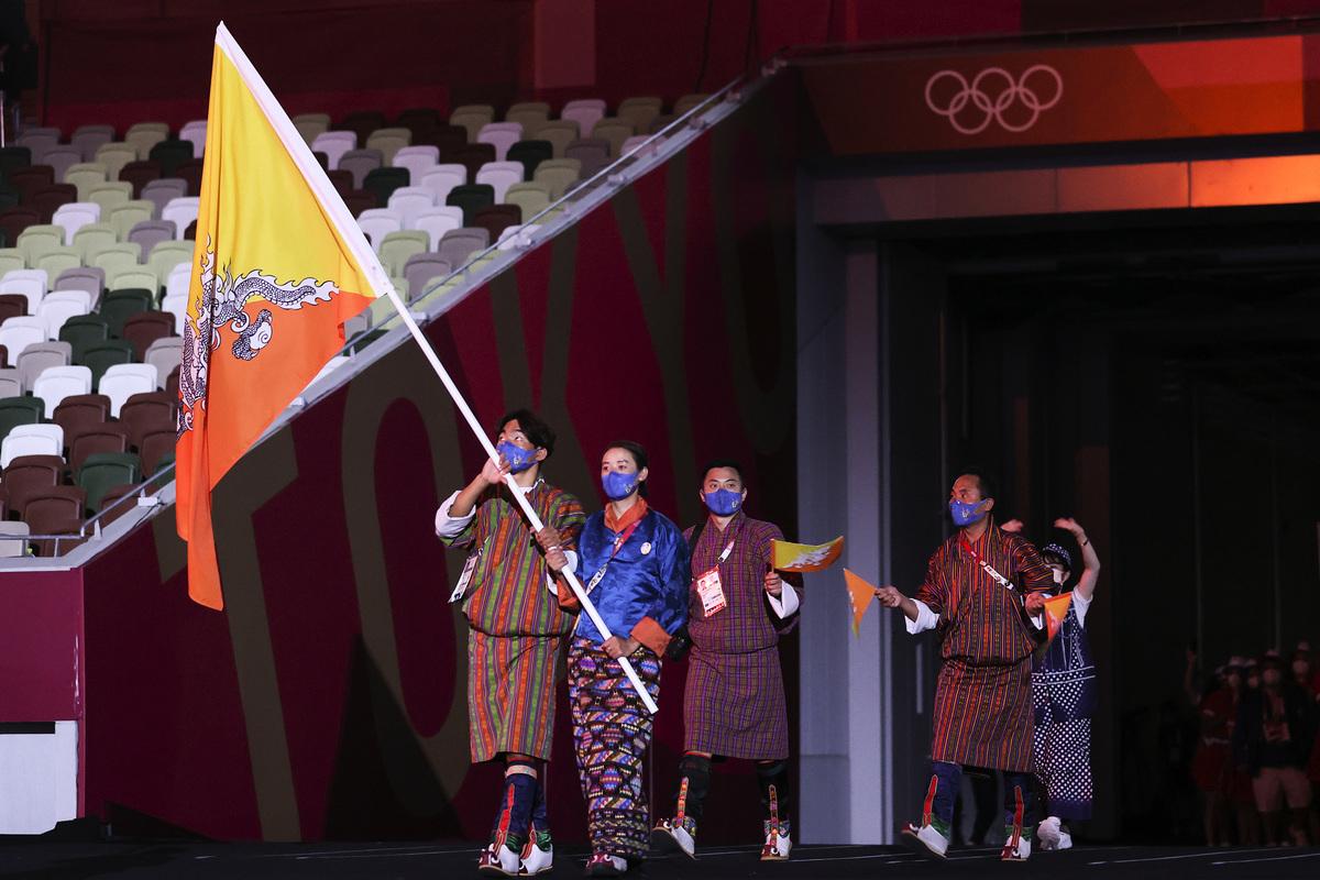 東京奧運開幕典禮上,不丹選手進場戴著藍色的口罩就是「諾翹」出品。(Photo by Jamie Squire/Getty Images)