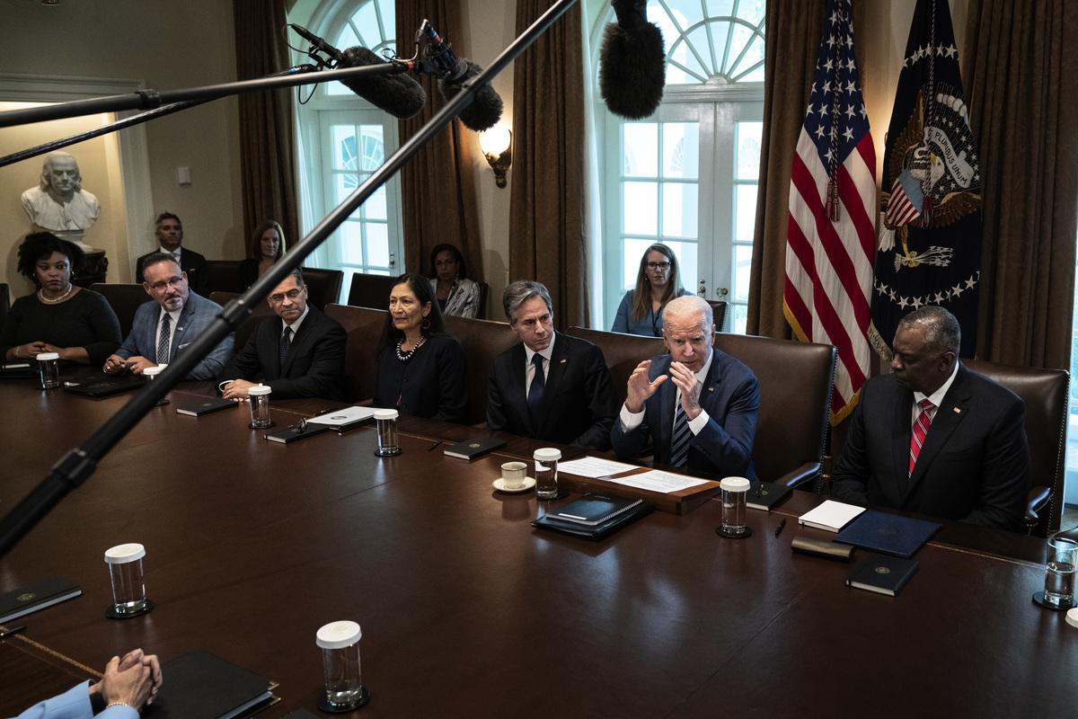 美國國防部長奧斯汀、國務卿布林肯和副國務卿謝爾曼,本周都在中國周邊國家訪問。中共軍方同時宣佈在頗具爭議的南中國海軍演兩天。圖為7月20日美國政府舉行內閣會議,坐在拜登總統兩邊的分別是布林肯和奧斯汀。(Drew Angerer/Getty Images)