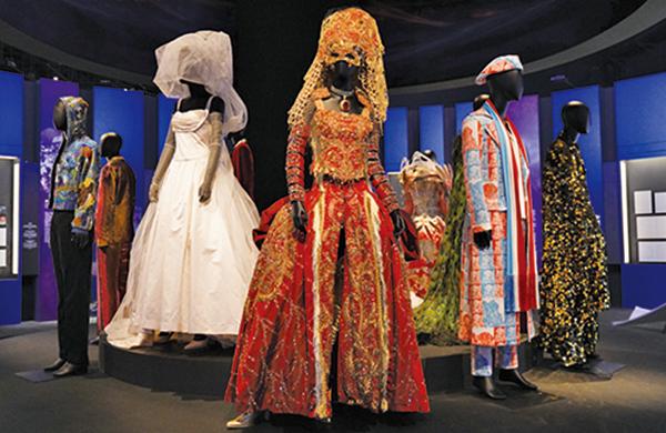 在流行音樂部份,展出多位巨星演出時曾穿著過的衣物及物品,包括梅艷芳在2003年最後一場演唱會身穿的舞台服飾。(朗星/ 大紀元)