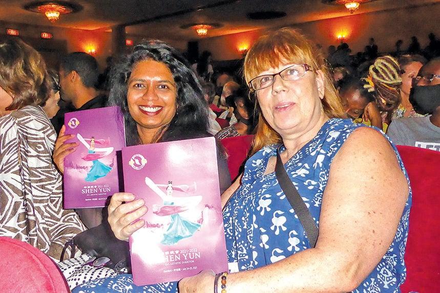 紐約摩根大通集團IT副總裁Ameena Vasim(左)和友人。(良克霖/大紀元)