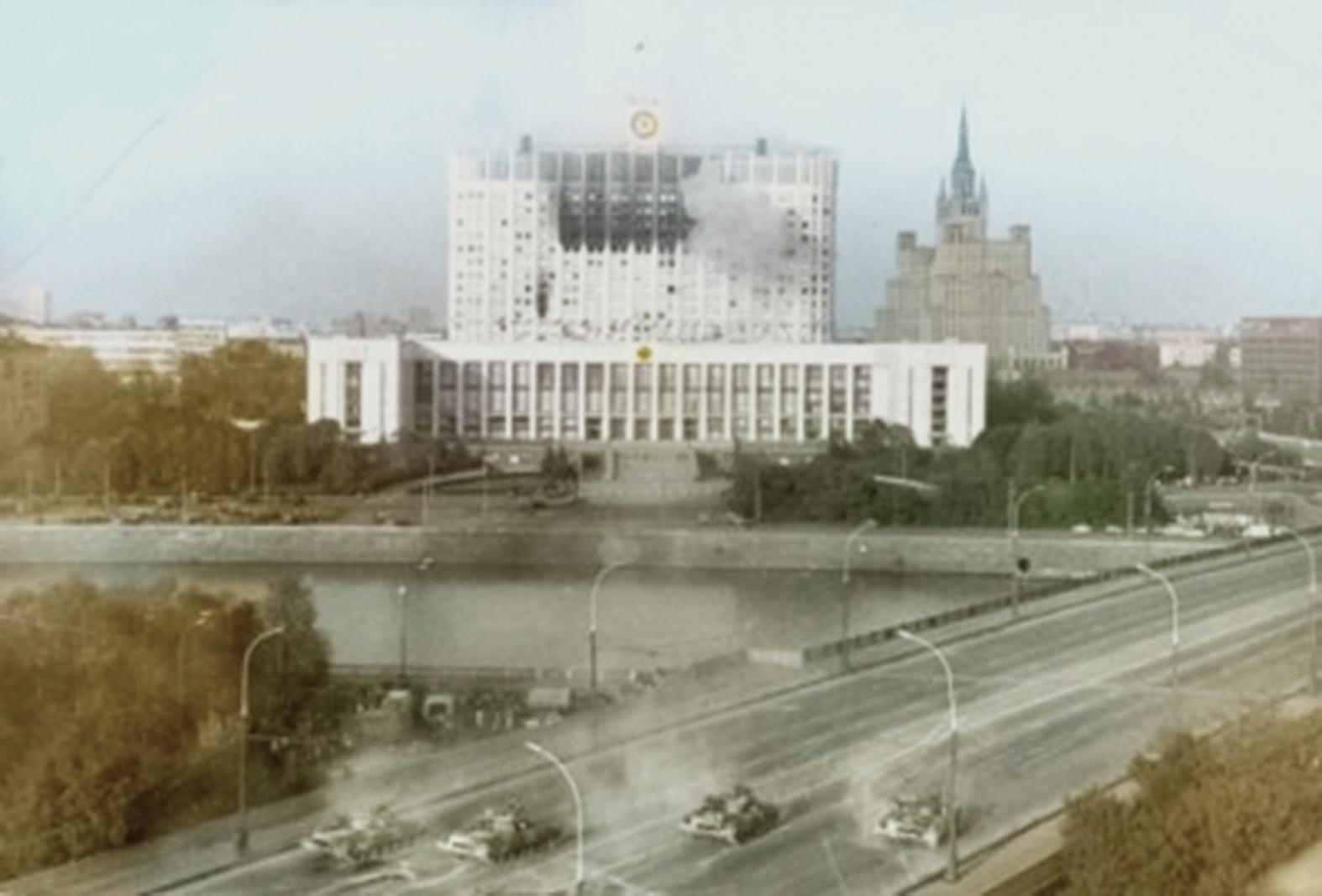 1993年10月,數萬莫斯科市民集會遊行要求恢復蘇聯體制並發生流血事件,葉利欽派出精銳坦克部隊,轟炸俄羅斯最高蘇維埃大樓,平息了這一危機。(維基百科)