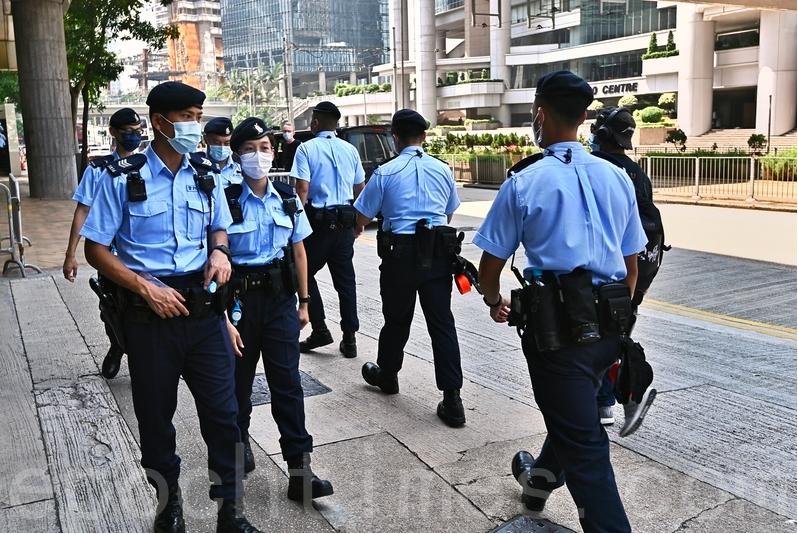 香港高等法院宣判首例《香港國安法》案件,24歲被告人唐英傑「煽動他人分裂國家罪」和「恐怖活動罪」均罪名成立。圖為現場警察警戒。(宋碧龍/大紀元)