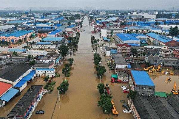 圖為7月23日,河南省新鄉市被洪水淹沒的建築物和街道。(AFP via Getty Images)
