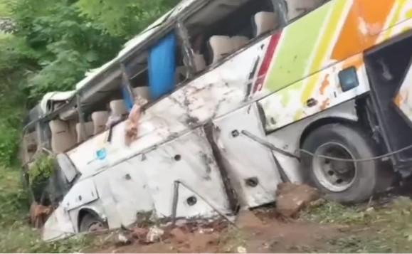 7月26日下午,青蘭高速公路載滿63人大巴車側翻,致13死47傷。(影片截圖)