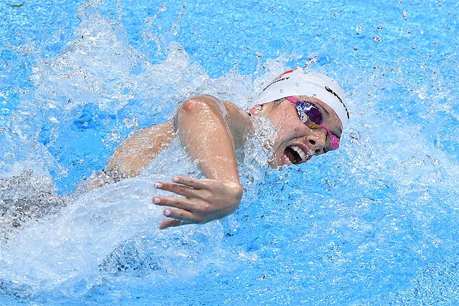 何詩蓓傍晚再於100米自由泳賽事破亞洲紀錄,晉級準決賽。(OLI SCARFF/AFP/ Getty Images)