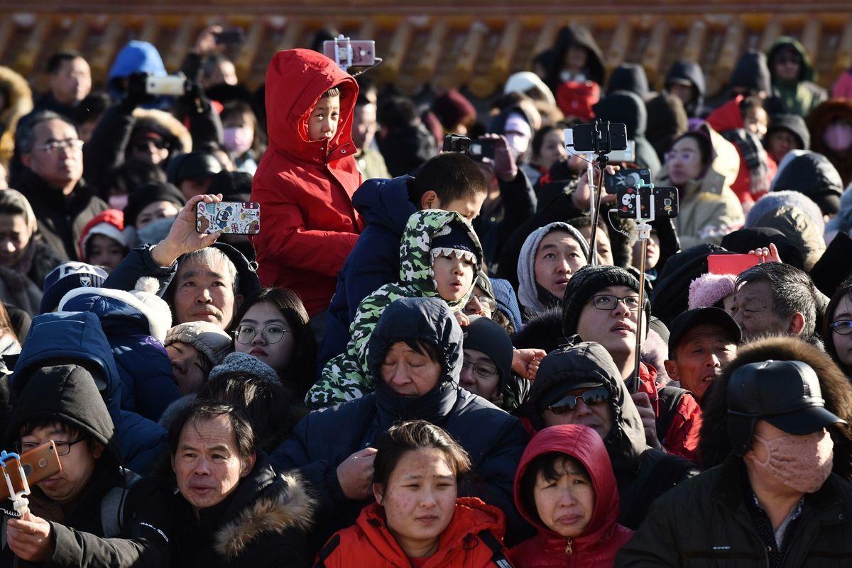 中國現有18個城市的人口超過1000萬人,同時多個省市爭相解除落戶限制,以吸納更多人。圖為2019年北京廟會的一景。(GREG BAKER/AFP via Getty Images)