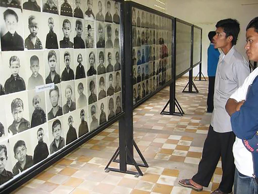 S-21集中營遇難者圖片展,2006年。(公共領域)