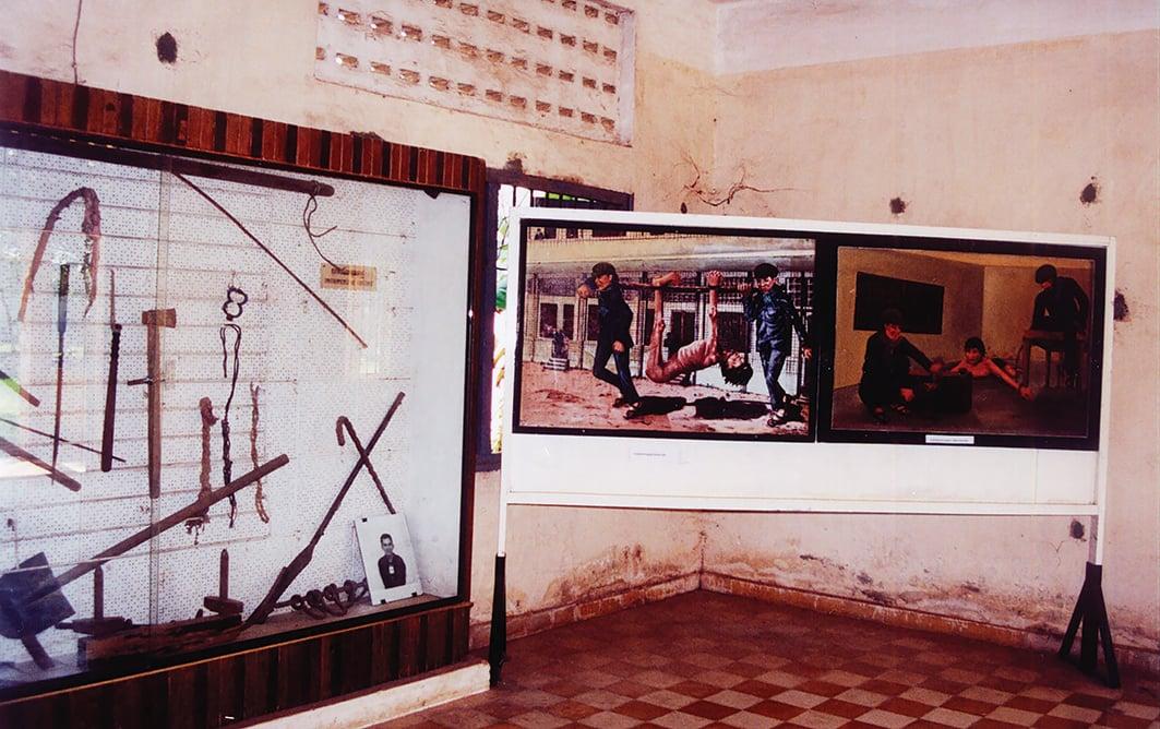 S-21集中營中執行酷刑的工具及描述酷刑的油畫。(維基共享資源)