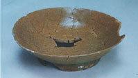 南宋炒米黃釉魚子紋盤。