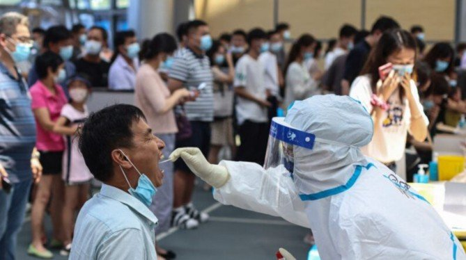 7月20日以來,南京市民已做了四次核酸檢測。圖爲檢測現場。(Getty Images)