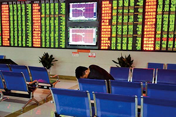 27日,A股滬指、深成指、創業板指繼上一個交易日後再次暴跌,A股兩天蒸發了4萬億人民幣。(大紀元資料圖片)