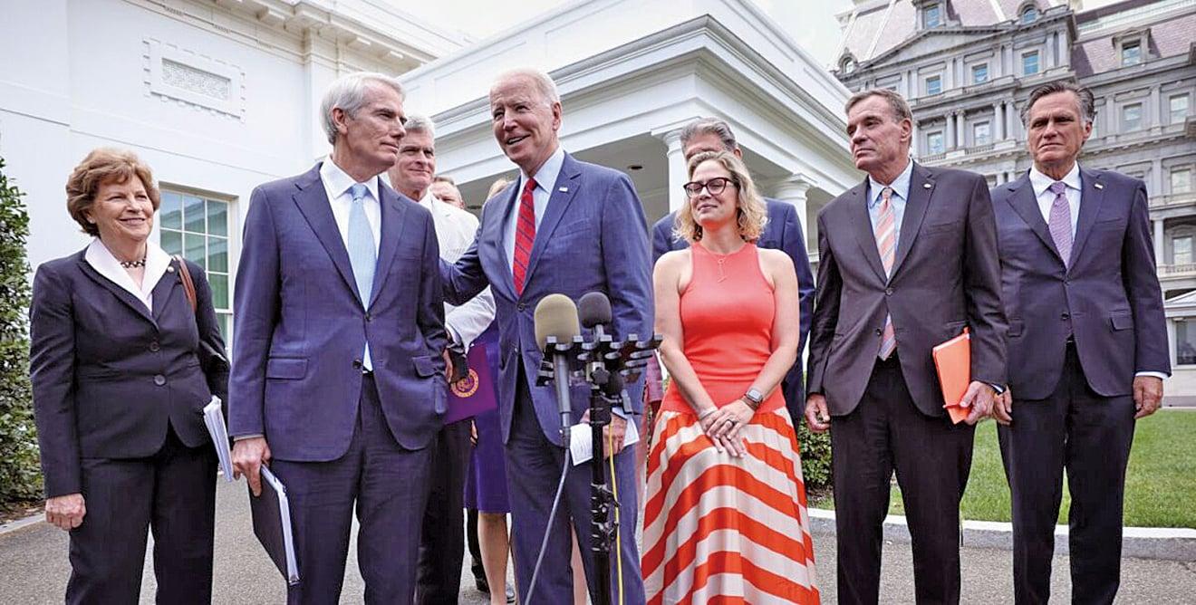 6月24日,拜登總統與兩黨參議員在白宮外。(Getty Images)