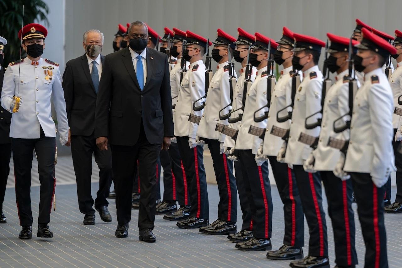 美國國防部長奧斯汀7月27日訪問新加坡,點名中共不願以和平方式解決南中國海紛爭,也不尊重法治,而穩定、開放及繁榮的印太地區,將為各國帶來最大利益。(美國國防部)