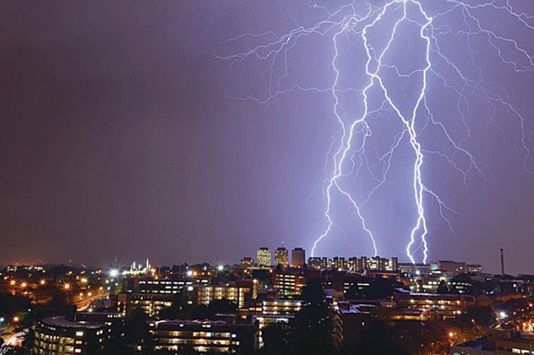 南非約翰內斯堡上空的閃電。約翰內斯堡是全球閃電最多的地方,每年有超過260人因遭到雷擊而喪生。(ALEXANDER JOE/AFP)