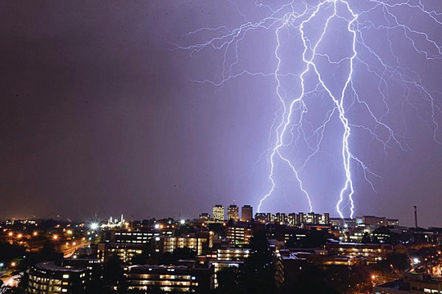 最大閃電延伸300公里 恐改寫閃電定義