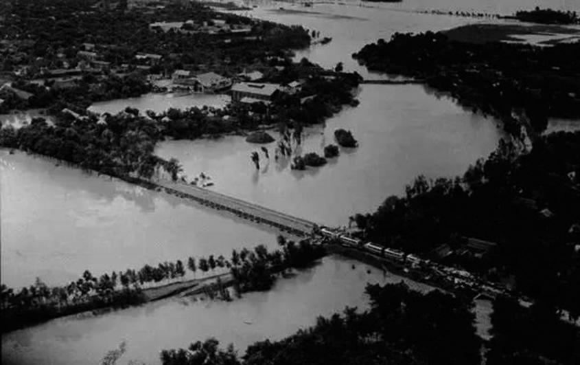 「七五八」豫南垮壩,被沖毀的鐵路與列車。(網絡圖片)