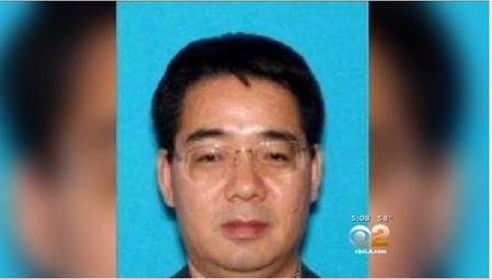 涉嫌在美國洛杉磯殺害自己兩個侄子的中國籍男子史德運在香港國際機場被警方逮捕,當地時間25日在香港東區裁判法院出庭時表示,願意無條件被引渡回美國受審。(視頻截圖)