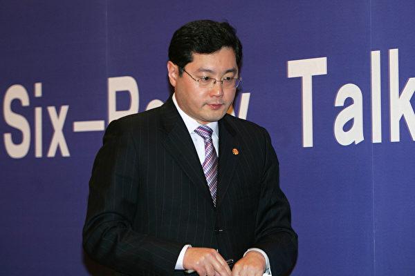 2007年2月,時任中共外交部發言人秦剛簡報北京舉行的六方會談。(China Photos/Getty Images)