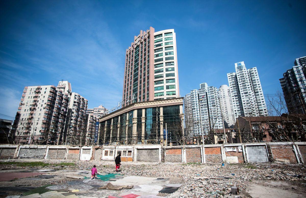 城市改造中的上海,拆除舊房建高層商品房。攝於2016年3月15日。(Johannes Eisele/AFP/Getty Images)